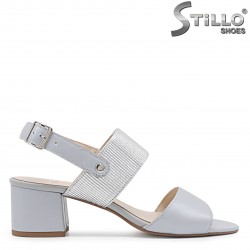 Елегантни сандали в сиво на среден ток – 36608