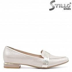 Дамски обувки на нисък ток в златна перла – 36622
