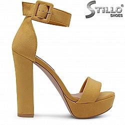 Стилни дамски сандали в жълт велур - 36768