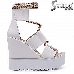 Бели сандали на платформа с шнурче – 36917