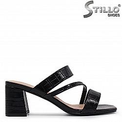 Стилни чехли на среден ток от кроко лак  - 36948
