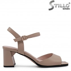 Бежови сандали от естествена кожа на среден ток – 36983