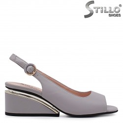Сиви сандали от естествена кожа с извит ток – 37012
