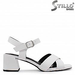 Дамски бели сандали на среден ток – 37021