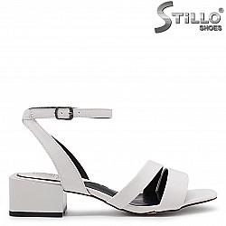 Бели дамски сандали на нисък ток – 37028