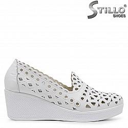 Бели обувки на платформа от естествена кожа – 37063