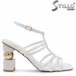Фешън сандали в бяло на ефектен ток – 37074