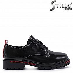 Спортно-елегантни обувки от лак – 37200