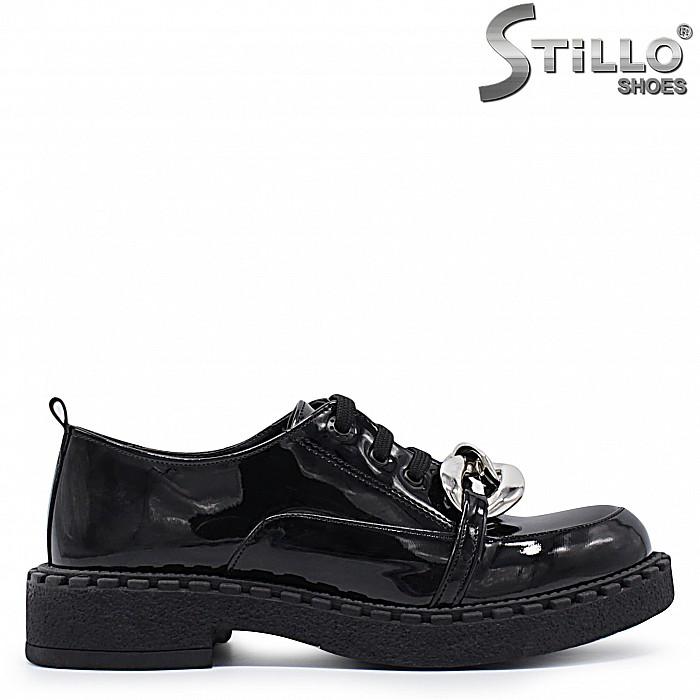 Лачени обувки на нисък ток със синджир – 37305