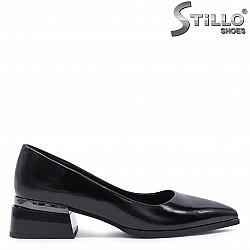 Дамски лачени обувки на нисък ток – 37311