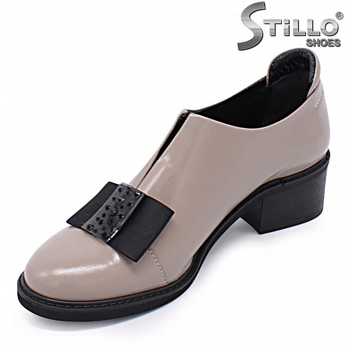 Бежови обувки с панделка естествен лак – 37443