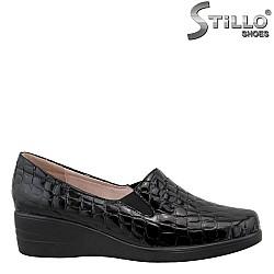 26090 - Черни дамски обувки от естествена лак с кроко щампа