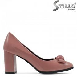 Дамски розови обувки с панделка на широк висок ток - 29448
