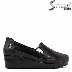 Велурени обувки в черен цвят - 30305