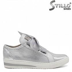 Модерни сребристи обувки със сатенени връзки- 30331