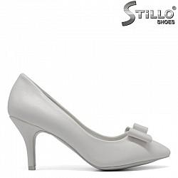 Бели дамски обувки с панделка на тънък ток - 30387