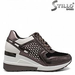 Спортни обувки в бронзов цвят на платформа- 30425
